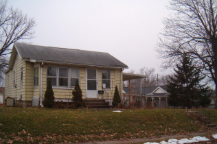 3225 Jackson AvenueDavenport, IowaRent to Own for $698 per month(including taxes & insurance)2 Bedrooms, 1 Bathroom